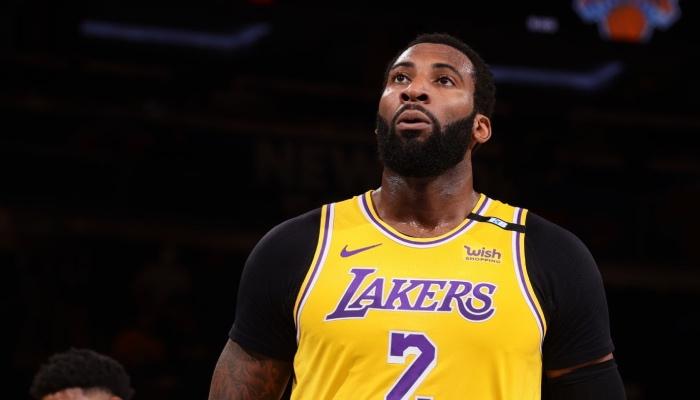 Le pivot star NBA des Los Angeles Lakers, Andre Drummond, se concentre avant un lancer franc face aux New York Knicks