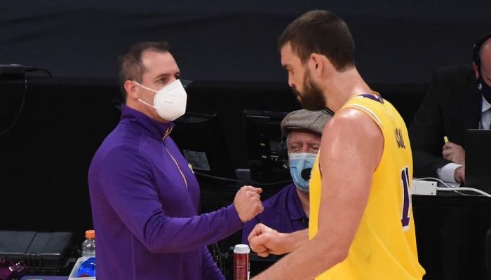 L'entraineur NBA des Los Angeles Lakers, Frank Vogel, tape dans la main de son pivot espagnol, Marc Gasol