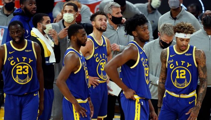 Les joueurs NBA des Golden State Warriors, Draymond Green, Andre Wiggins, Stephen Curry, James Wiseman et Kelly Oubre Jr., tête basse face à la descente aux enfers empruntée par la franchise
