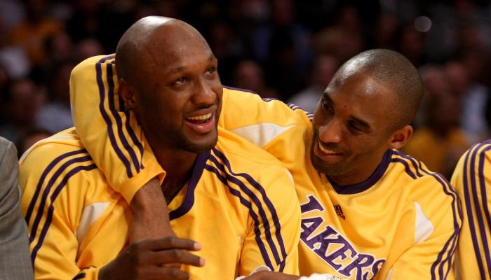 Les deux anciens joueurs NBA des Los Angeles Lakers, Lamar Odom et Kobe Bryant, s'étreignent sur le banc de leur franchise