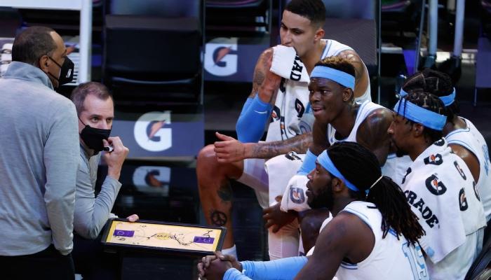 Les joueurs NBA des Los Angeles Lakers, Kyle Kuzma, Dennis Schröder, Kentavious Caldwell-Pope et Montrezl Harrell, écoutent leur entraineur, Frank Vogel, durant un temps-mort