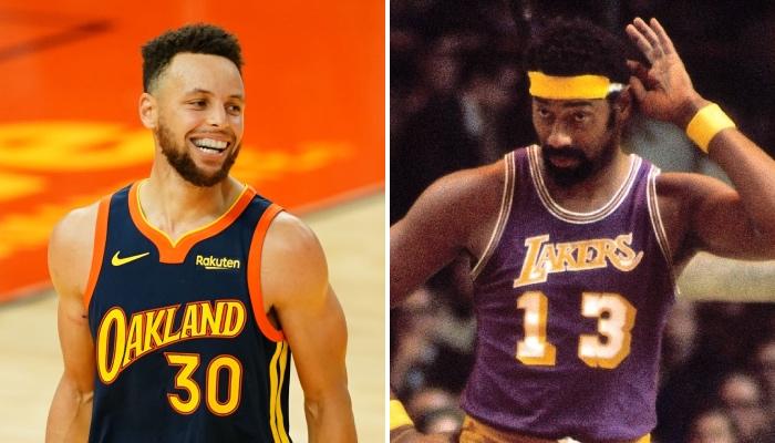 Le meneur star des Golden State Warriors, Stephen Curry, tout sourire aux côtés de la légende NBA, Wilt Chamberlain, sous le maillot des Los Angeles Lakers