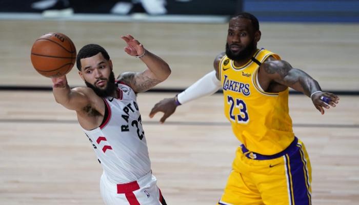 Fred VanVleet des Raptors face à LeBron James dans la bulle NBA