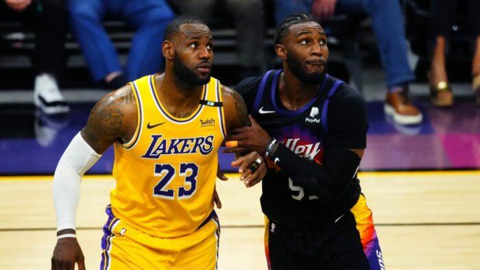 LeBron James et Jae Crowder durant un match entre Suns et Lakers