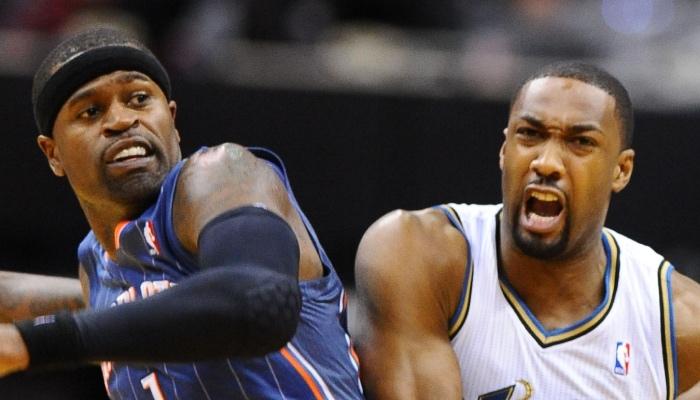 L'ancien joueur NBA des Charlotte Bobcats, Stephen Jackson tente de défendre sur l'ancienne star des Washington Wizards, Gilbert Arenas