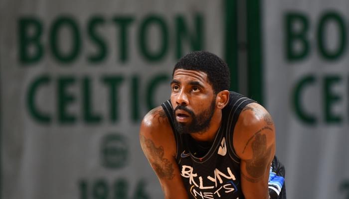 La superstar NBA des Brooklyn Nets, Kyrie Irving, lors d'un match de pré-saison face aux Boston Celtics, disputé au TD Garden