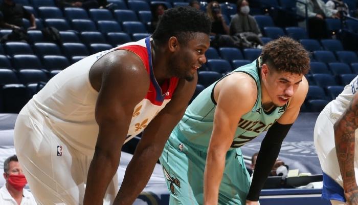 L'intérieur star des New Orleans Pelicans, Zion Williamson, discute avec le rookie des Charlotte Hornets, LaMelo Ball, en plein match NBA