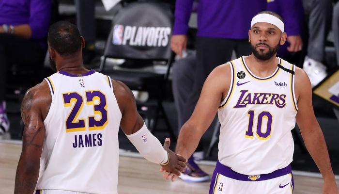 L'ailier vétéran NBA des Los Angeles Lakers, Jared Dudley, tape dans la main de son coéquipier star, LeBron James, durant les playoffs 2020