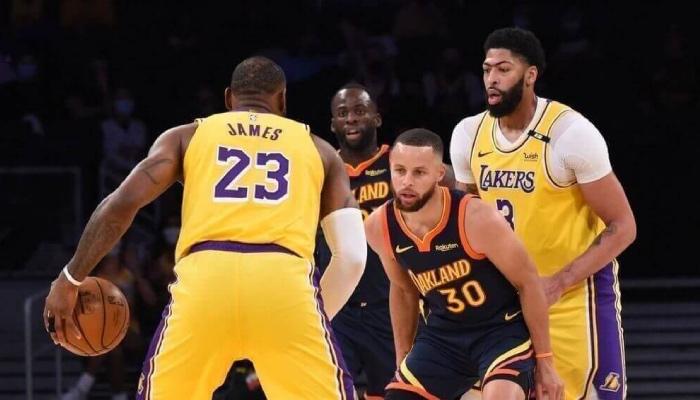 Les stars NBA LeBron James, Draymond Green, Stephen Curry et Anthony Davis lors du match de play-in NBA opposant les Los Angeles Lakers aux Golden State Warriors