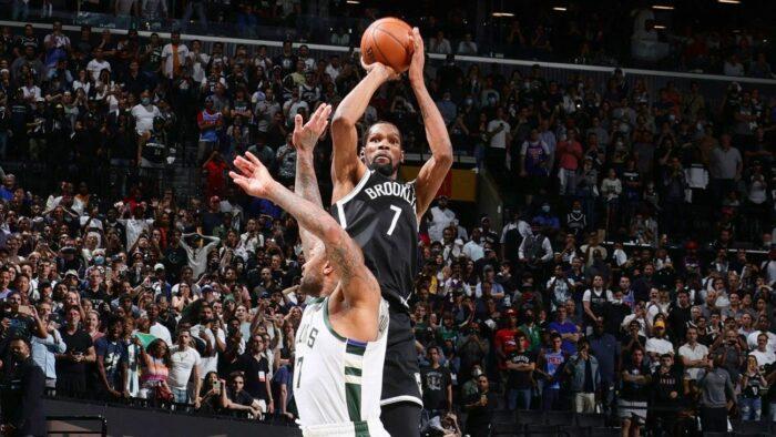 Kevin Durant shoote par dessus Khris Middleton