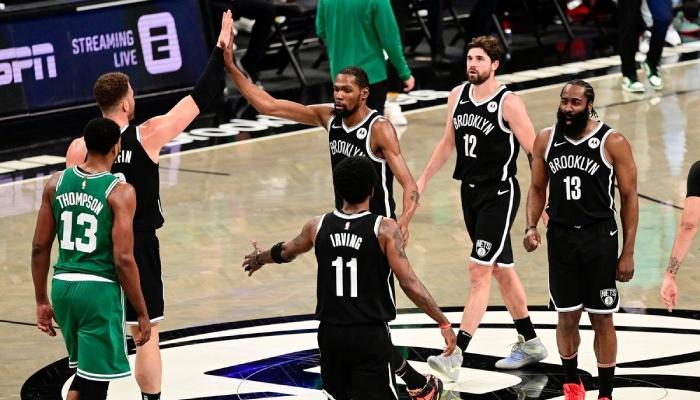 Les joueurs NBA des Brooklyn Nets, Blake Griffin, Kevin Durant, Kyrie Irving, Joe Harris et James Harden, se congratulent lors d'un match face aux Boston Celtics