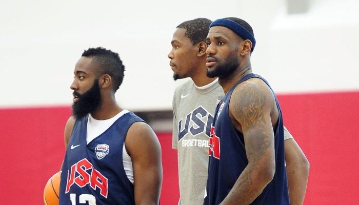 Les supertars NBA James Harden, Kevin Durant et LeBron James, lors d'un entrainement avec Team USA