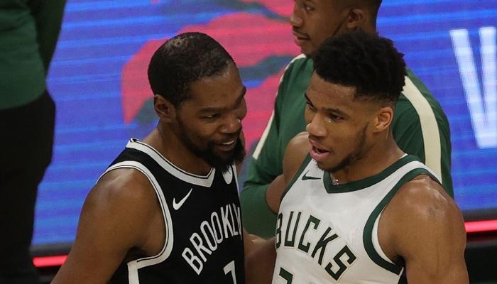 Les superstar NBA des Brooklyn Nets et des Milwaukee Bucks, Kevin Durant et Giannis Antetokounmpo, sourire aux lèvres après une rencontre entre leurs deux équipes.