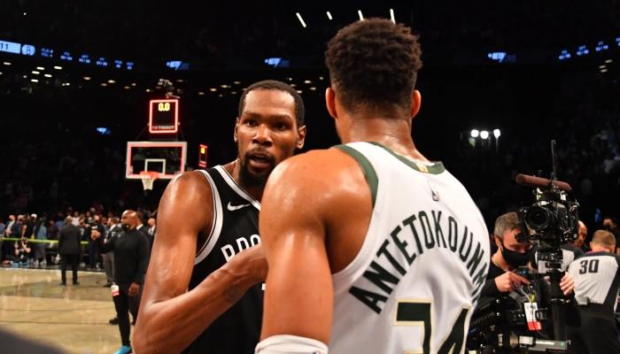 La superstar NBA des Brooklyn Nets, Kevin Durant, félicite le leader des Milwaukee Bucks, Giannis Antetokounmpo, suite au Game 7 entre les deux équipes, lors des playoffs 2021