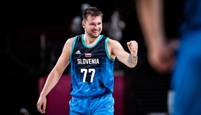 La superstar NBA des Dallas Mavericks, Luka Doncic, serre le poing sous les couleurs de la Slovénie, dans le cadre des Jeux olympiques 2020