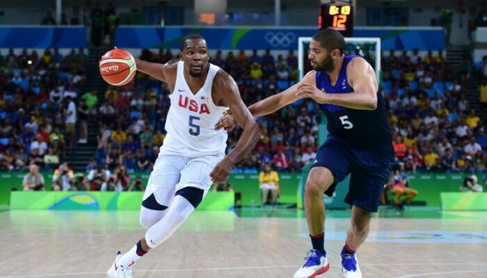 Kevin Durant de Team USA face à Nicolas Batum de la France