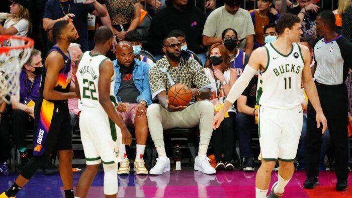 LeBron James au bord du terrain pendant Bucks vs Suns