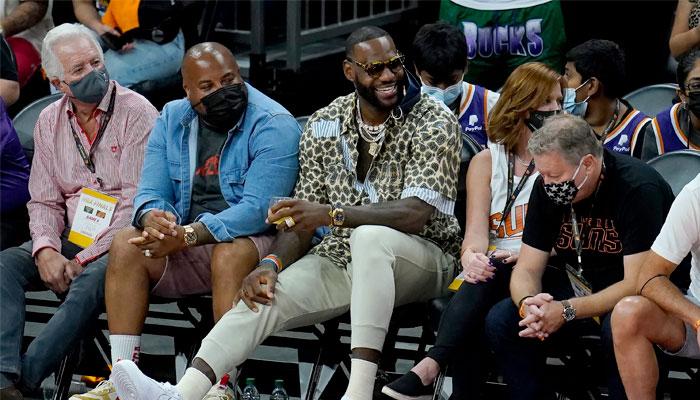 LeBron James lors du match entre Suns et Bucks NBA
