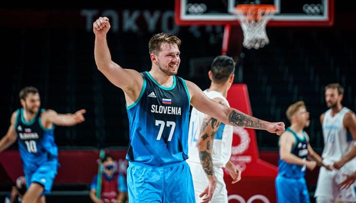 Luka Doncic célèbre un panier avec la Slovénie NBA