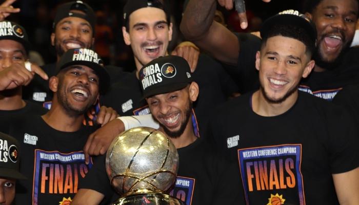Les joueurs NBA des Phoenix Suns, Chris Paul, Cameron Payne et Devin Booker, célèbrent leur titre de champions de la conférence Ouest 2021