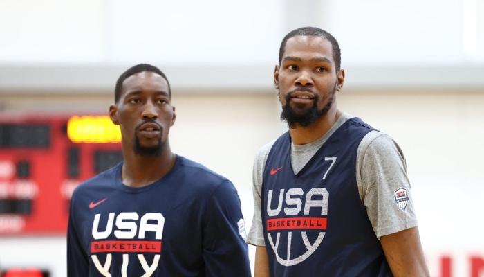 Les stars NBA du Miami Heat et des Brooklyn Nets, Bam Adebayo et Kevin Durant, sous les couleurs de Team USA
