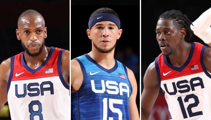 Les stars NBA des Milwaukee Bucks, Khris Middleton (gauche) et Jrue Holiday (droite), entourent l'arrière des Phoenix Suns, Devin Booker (centre), tous sous les couleurs de Team USA