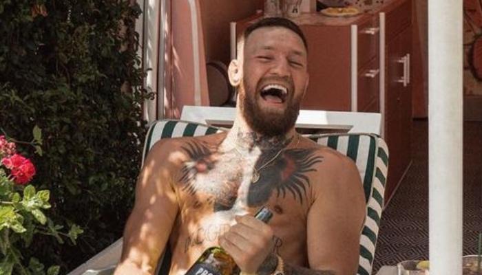 La superstar de l'UFC, Conor McGregor, tout sourire en découvrant la surprise qui l'attendait devant son domicile