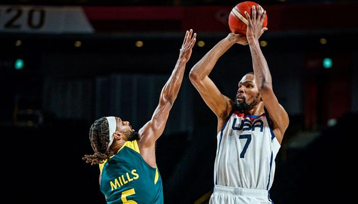 Kevin Durant prend un shoot sur Patty Mills NBA