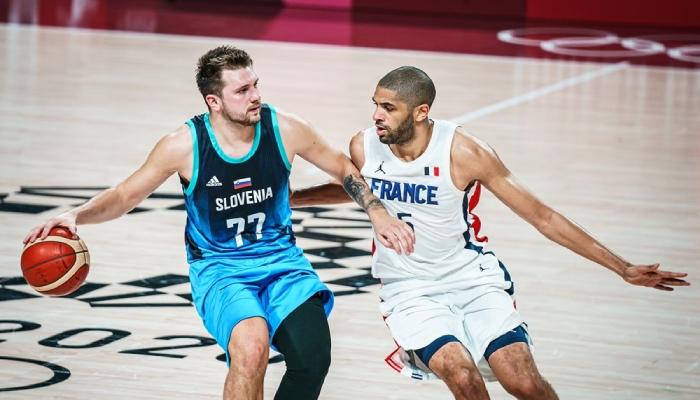 La superstar NBA des Dallas Mavericks, Luka Doncic, face à l'ailier des Los Angeles Clippers, Nicolas Batum, lors d'un match des Jeux olympiques opposant la Slovénie et l'équipe de France