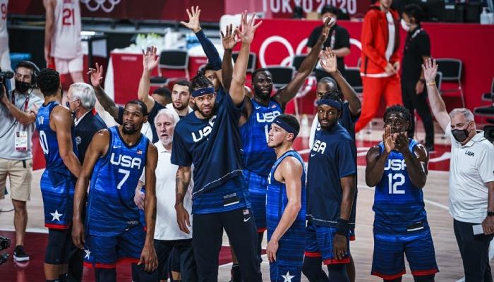 Team USA, représentée ici par Jayson Tatum, Kevin Durant, Gregg Popovich, Zach LaVine, JaVale McGee, Draymond Green, Devin Booker, Jerami Grant et Jrue Holiday, a vu l'un de ses membres imiter sa mère en remportant l'or olympique