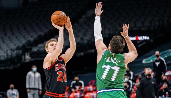 L'intérieur NBA des Chicago Bulls, Lauri Markkanen, tente un tir à 3 points devant l'arrière star des Dallas Mavericks, Luka Doncic
