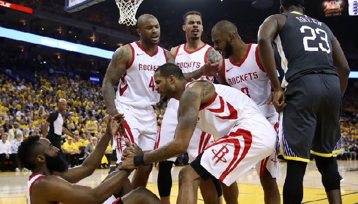 Les joueurs des Houston Rockets, James Harden, P.J. Tucker, Trevor Ariza, Gerald Green et Chris Paul, aux côtés de l'intérieur des Golden State Warriors, Draymond Green, lors des finales de conférence Ouest NBA 2018