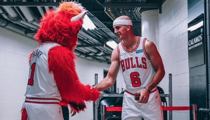 Alex Caruso avec la mascotte des Bulls
