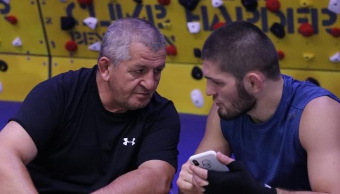La superstar UFC Khabib Nurmagomedov, aux côtés de son défunt père, Abdulmanap