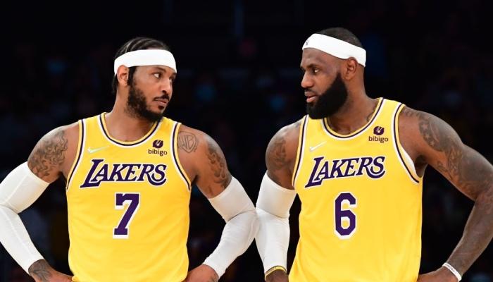 Les stars NBA des Los Angeles Lakers, Carmelo Anthony et LeBron James, lors de leur premier match sous les mêmes couleurs